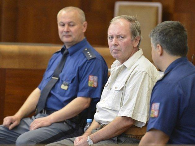 Pražský vrchní soud projednal 8. října odvolání v kauze Ladislava Šubra (uprostřed), který loni v Tetíně na Jičínsku zastřelil dělníka a druhého těžce zranil.