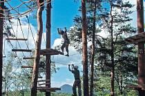 DOBRODRUŽSTVÍ. Není třeba se za ním vydávat daleko do ciziny, stačí si ověřit své možnosti na lanové dráze v korunách stromů.