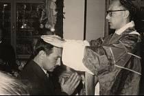 Ludvík Armbruster při promici dává novokněžské požehnání bratrovi, Frankfurt nad Mohanem, 1959