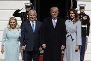 Manželé Netanjahuovi a Trumpovi před Bílým domem ve Washingtonu