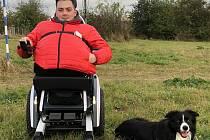 Daniel Křeček s novým vozíkem, díky němuž zvládne i schody či náročnější terén
