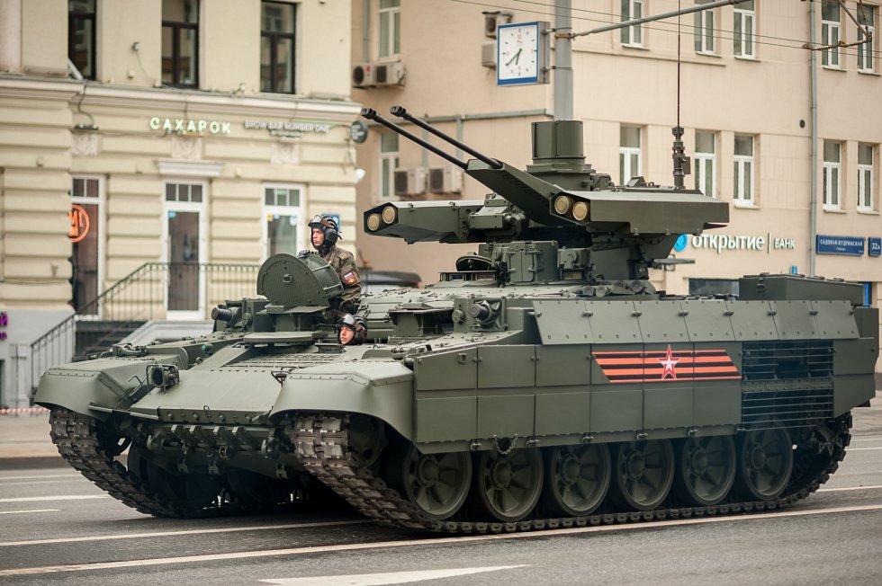 """Podpůrné obrněné bojové vozidlo přezdívané Terminator je postavené na šasi """"nesmrtelného"""" tanku T-72. Vzniklo na konci 90. let na základě zkušeností ze sovětsko-afghánské války a z konfliktu v Čečensku."""