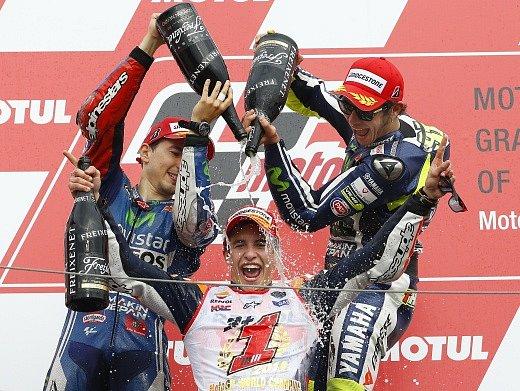 "Oslava šampaňským. Marc Márquez pod ""palbou"" kolegů"