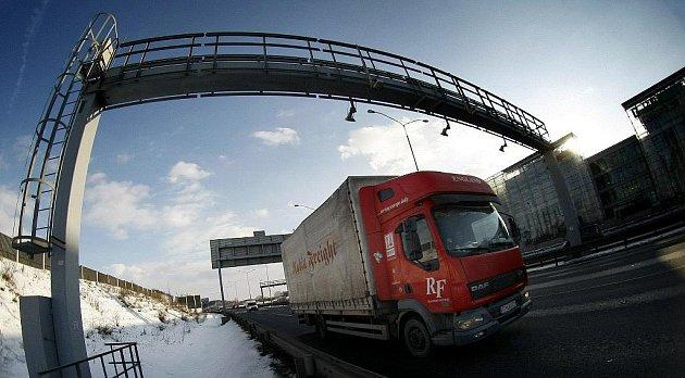 Od 1. února musejí mýto nově platit i vozidla vážící více jak 3,5t. Na snímku z 1. února mýtná brána na pražském Chodově.