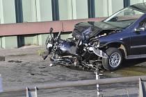 Na městské dálnici v Berlíně způsobil v úterý večer třicetiletý muž s autem několik nehod, při nichž bylo zraněno šest lidí, z toho tři vážně. Podle místních médií nehody způsobil zřejmě záměrně