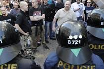 Policisté oddělují příznivce krajně pravicové Dělnické strany sociální spravedlnosti (v pozadí) od anarchistů, jejichž průvody se setkaly 1. května v ulici na Můstku u dolní části Václavského náměstí v Praze.