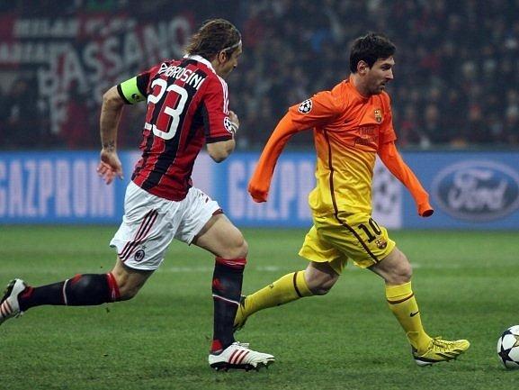 Barcelonský Messi prchá zkušenému Ambrosinimu z AC Milán.