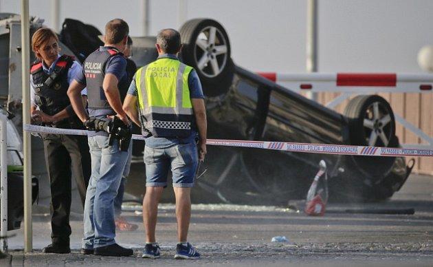 Černé audi, kterým teroristé najížděli do chodců ve španělském Cambrilsu.