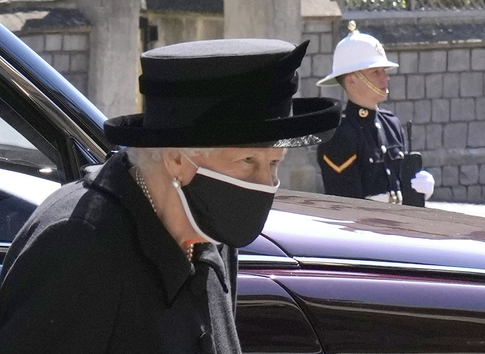 Královna Alžběta II. dorazila do kaple sv. Jiří odděleně, smutečního průvodu se neúčastnila.