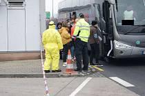 Hasiči a policisté na hraničním přechodu Petrovice na Ústecku předávali informační letáky a kontrolovali teplotu cestujících na příjezdu do České republiky.
