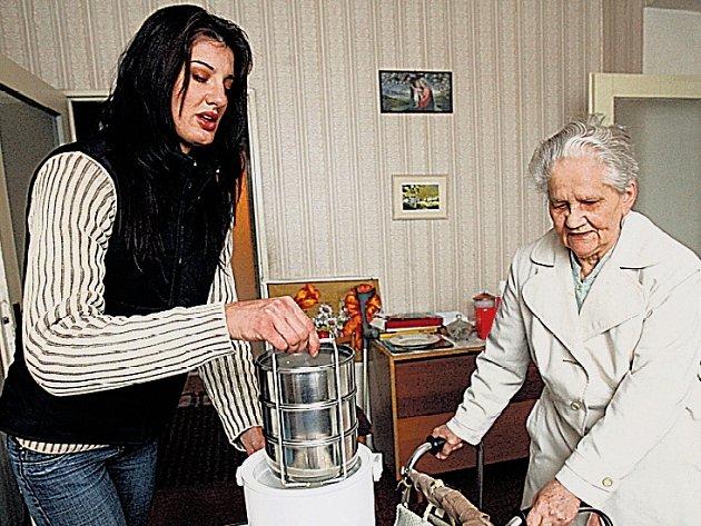 Obědy. Jejich rozvoz je častou službou seniorům.