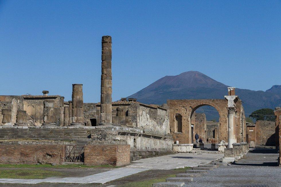 Pompeje s Vesuvem v pozadí
