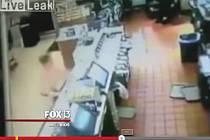 Svět obletěl videozáznam z bezpečnostní kamery v jednom americkém fastfoodu, který 41letá žena kyprých tvarů celý zdemolovala poté, co její kolega odmítl nabídku na sex.