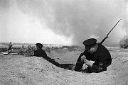 Sovětský voják se pokouší obnovit spojení