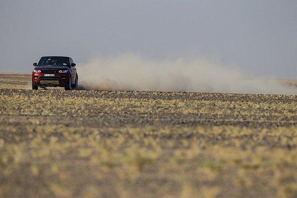 Range Rover Sport stanovil rekord vpřejezdu pouště Rub al-Chálí.