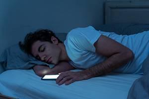 Modré světlo, které mobily či tablety vyzařují, má pro mozek varující účinek a potlačuje produkci hormonu melatoninu.