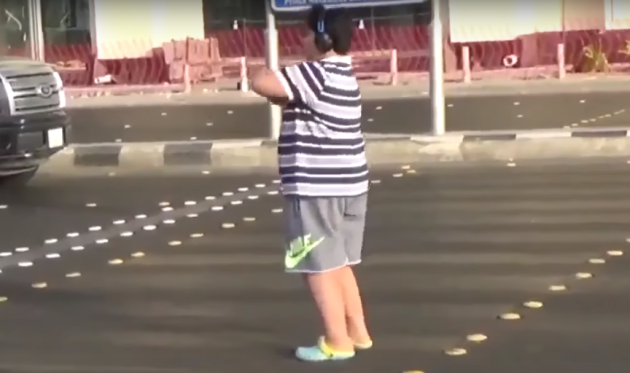 Chlapec tančí na ulici Macarenu