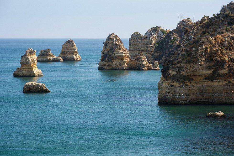 Australské pobřeží proslavilo mimo jiné Dvanáct apoštolů, skalní útvary, které postupem let vytvořila eroze pobřeží.