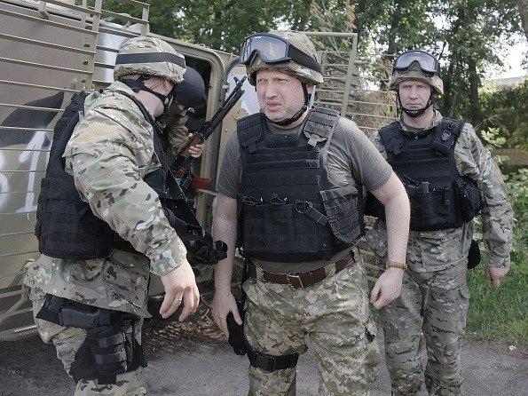 Oleksandr Turčynov mezi vojáky u Slavjansku.