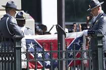 Americký stát Jižní Karolína dnes odstranil z budovy zákonodárného sboru a sídla guvernérky spornou konfederační vlajku. Ceremonii přihlížely tisíce jásajících lidí.