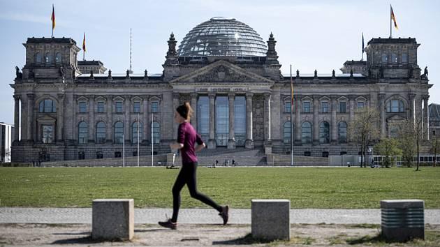 Běžkyně u Říšského sněmu v Berlíně