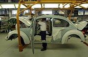 Montáž vozu Volkswagen Brouk v továrně v mexické Pueble.