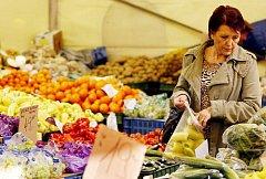 Prodej zeleniny na tržnici.