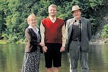 Pozvánka k vodě. Dana Batulková (maminka), Vasil Fridrich (Ota Pavel) a Jan Vlasák (tatínek) lákají na Zlaté úhoře.