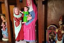 Sošky Panny Marie s Ježíškem a svatého Petra dostaly až kýčovitý vzhled
