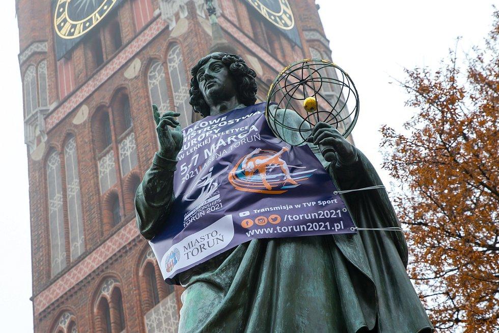 Turisty v Toruni nejvíc láká socha astronoma Mikuláše Koperníka.