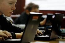 Exkurze do výuky 21.století, aneb Jak se učí žáci digitálního věku se pro novináře uskutečnila 28. ledna v ZŠ Kunratice. Děti při vyučování pracují s notebooku a používá se například i digitální tabule.