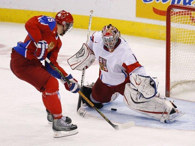 Rus Jevgenij Gračev překonává ve čtvrtfinále MS do dvaceti let českého gólmana Dominika Furcha.