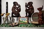 Vzpomínky na Afriku v podobě artefaktů a také obrázku, který namalovala moje žena. Nepřekvapí, že je na něm tatrovka se 3D prvky.