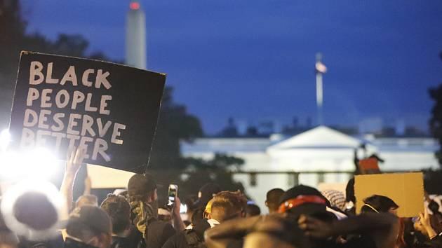 Demonstrace kvůli smrti černocha George Floyda poblíž Bílého domu ve Washingtonu