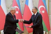 Prezident Miloš Zeman (vlevo) a jeho ázerbájdžánský protějšek Ilham Alijev podepsali 15. září v prezidentské rezidenci Zugulba v Baku deklaraci o strategickém partnerství obou zemí.
