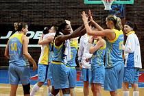 Basketbalistky USK se radují z vítězství.