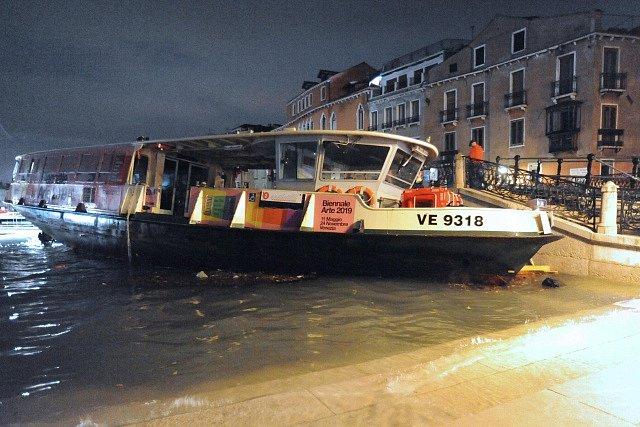 Záplavy v Benátkách: deště vyplavily na nábřeží i turistickou loď.