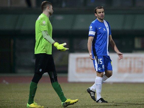 Erich Brabec (vpravo) a vysvětlování vlastního gólu s brankářem Liberce
