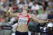 Česká sedmibojařka Kateřina Cachová při vrhu koupí