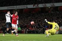Tomáš Rosický z Arsenalu (uprostřed) překonává brankáře Tottenhamu Huga Llorise.