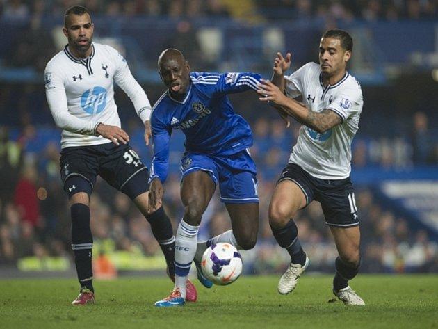 Demba Ba z Chelsea (uprostřed) se snaží prosadit proti Tottenhamu.