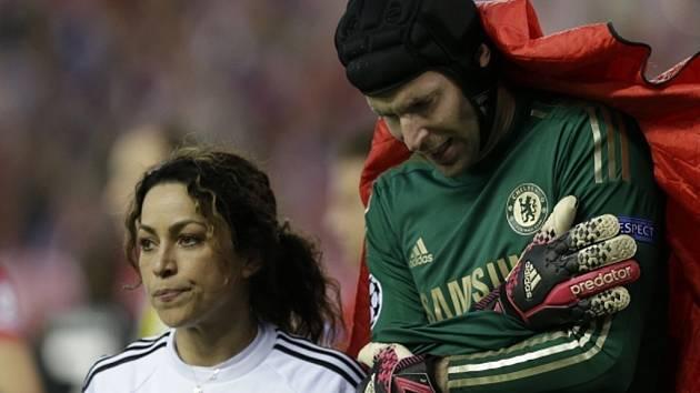 Brankář Chelsea Petr Čech si proti Atlétiku Madrid vykloubil rameno a přijde o nejbližší přípravné zápasy české reprezentace.