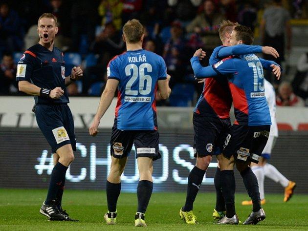 Fotbalisté Plzně se radují z gólu proti Jihlavě.