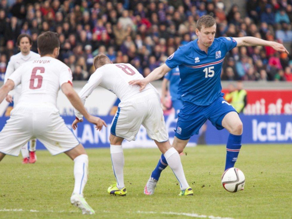 Tomáš Sivok (vlevo) a David Limberský (uprostřed) proti Islandu.
