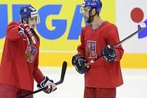Roman Červenka (vlevo) a Michal Vondrka na tréninku hokejové reprezentace.