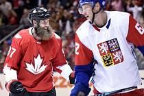 Andrej Šustr (vpravo) a Joe Thornton z Kanady.