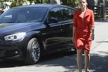 Šéfka poslanců opozičních VV Kateřina Klasnová odchází ze schůzky s prezidentem Milošem Zemanem, kterého navštívila v neděli 21. července 2013 na zámku v Lánech.