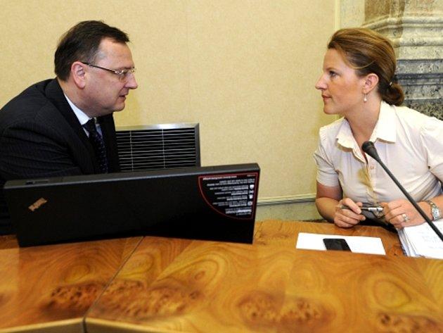 Premiér Petr Nečas a místopředsedkyně vlády Karolína Peake na schůzi vlády.