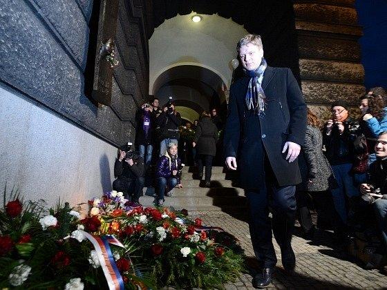 Pietní akt při příležitosti 45. výročí smrti Jana Palacha 16. ledna u hlavní budovy Filozofické fakulty Univerzity Karlovy v Praze.