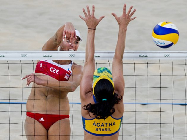 Barbora Hermannová (vlevo) smečuje proti Brazilkám.